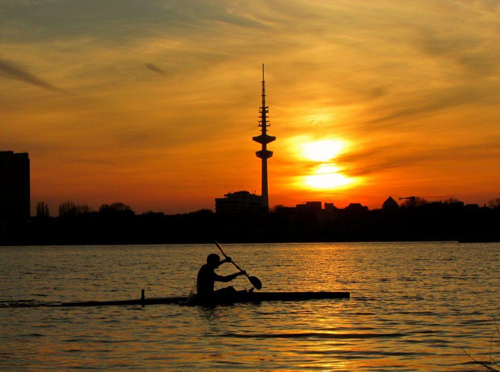 Entspannte Kanutour auf der Alster im Sonnenuntergang.