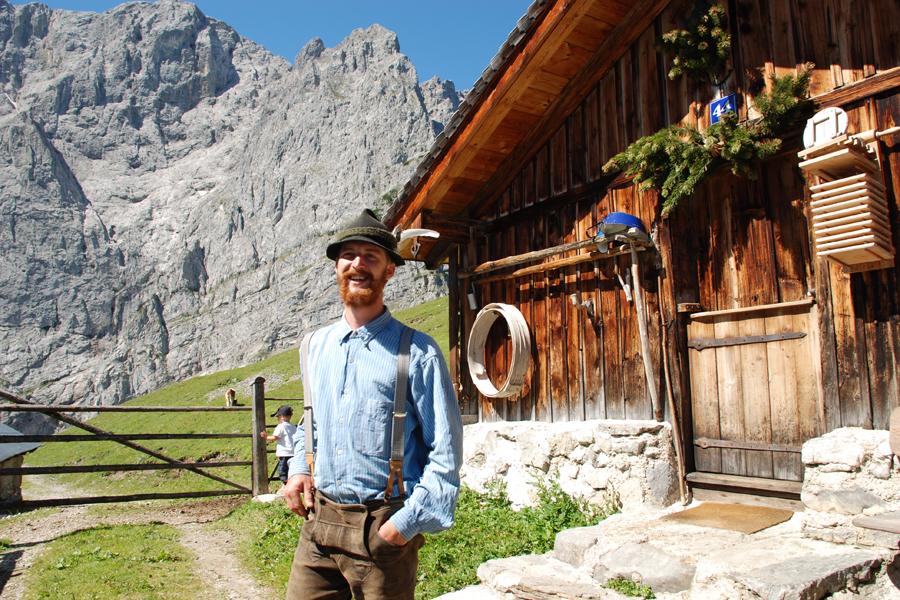 Almbetreiber in Lederhose im Karwendelgebirge.