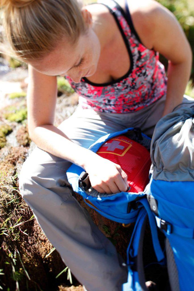 Trekkingrucksack richtig packen - Erste-Hilfe-Fach unter dem Deckel des Rucksacks.