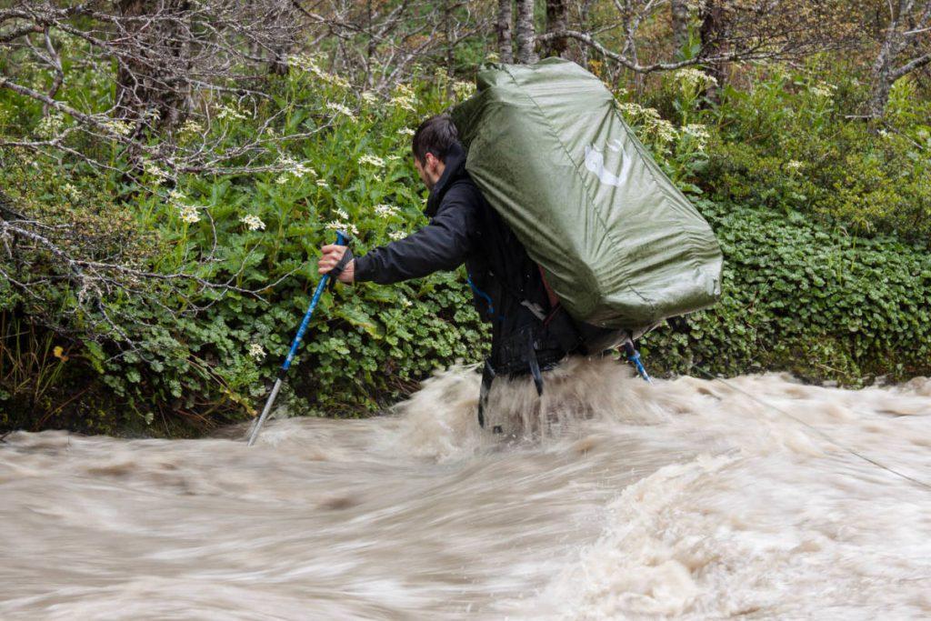 Ein Teilnehmer der Expedition überquert einen Fluss auf Feuerland.