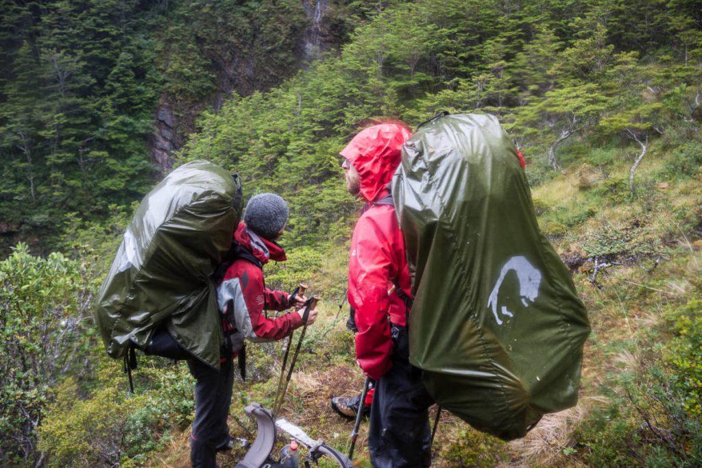 Berühmt-berüchtigtes feuerländisches Wetter - Zwei Teilnehmer stehen im Regen.