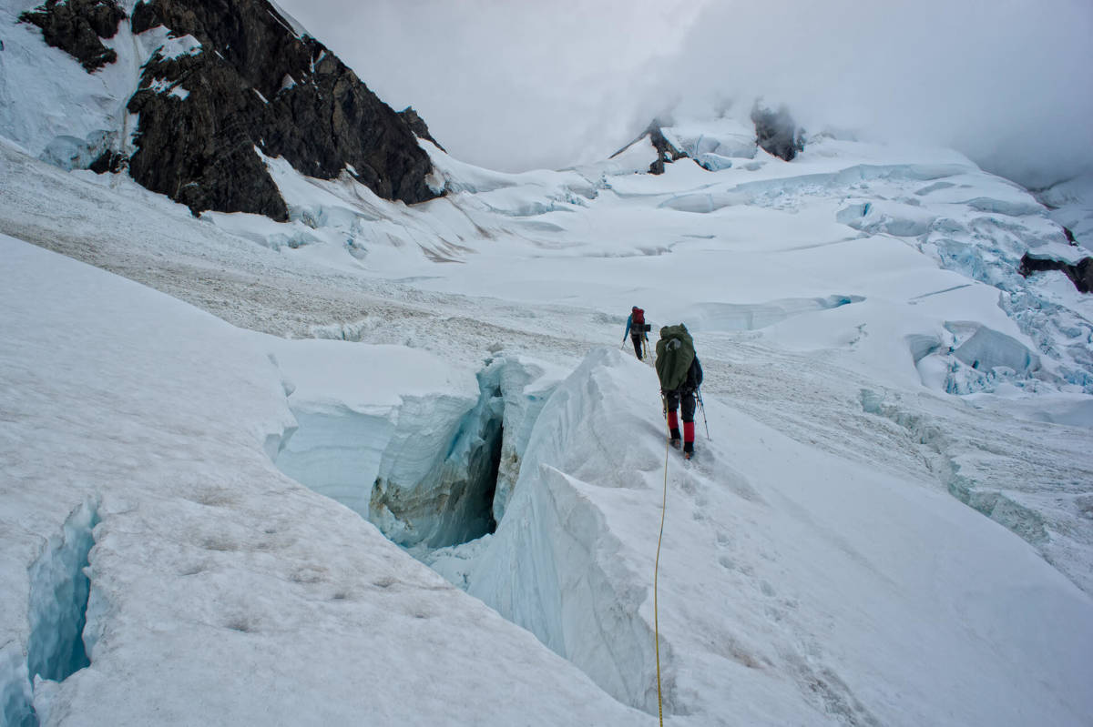 Trekking Feuerland: Die Gruppe kämpft sich über Schnee und Eis.