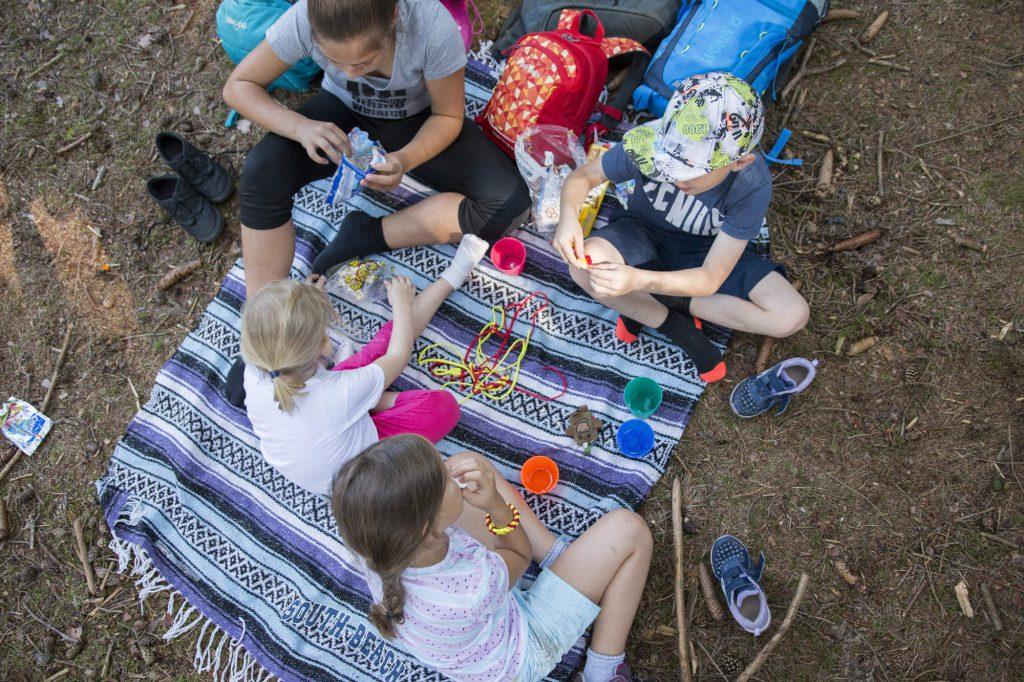 Wandern mit Kindern: Eine Brotzeit hält die Kleinen bei Laune.