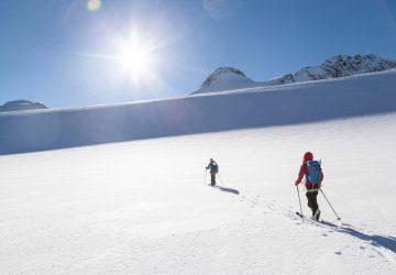 Skitour Safiental - Zwei Skitourengeher auf dem Weg nach oben.