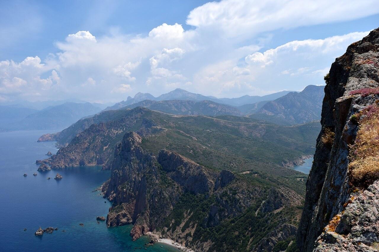 Wandern mit Kindern auf Korsika - Blick von oben auf die Küste. Foto: Peter H, pixabay.