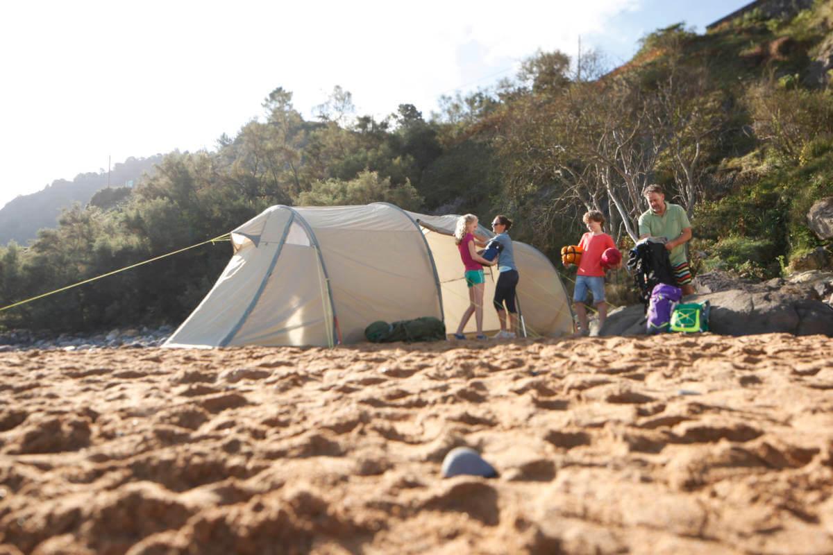 Eine gute Planung und ein geräumiges Zelt sind beim Zelten mit Kindern sind Grundvoraussetzungen.