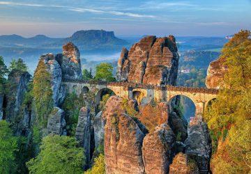 Wandern in der Sächsischen Schweiz - Die Bastei Brück ist eine der berühmtesten Sehenswürdigkeiten.