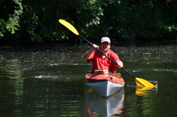 Paddeln auf der Wakenitz - Maik Behrendt paddelt mit seinem Kanu auf der Wakenitz.