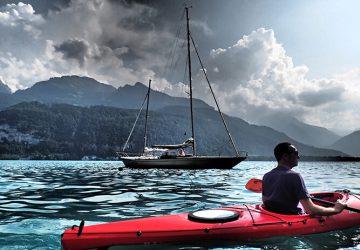 Paddeln und Klettern in der Ostschweiz - Michi im Kanu auf einem See in der Schweiz.