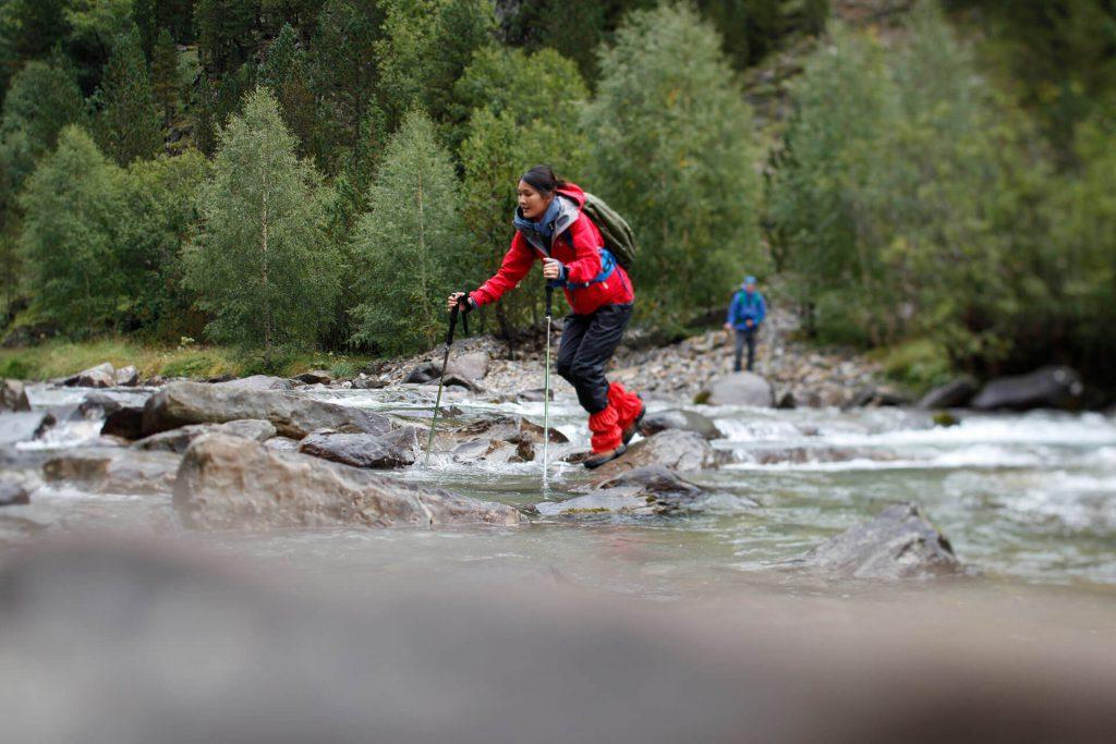 Trekkingstöcke sorgen für einen sicheren Tritt in schwierigem Gelände.