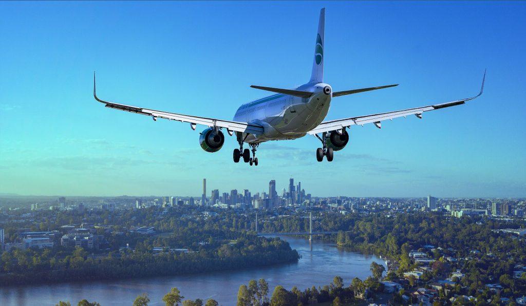 Flugzeug bei Landeanflug.