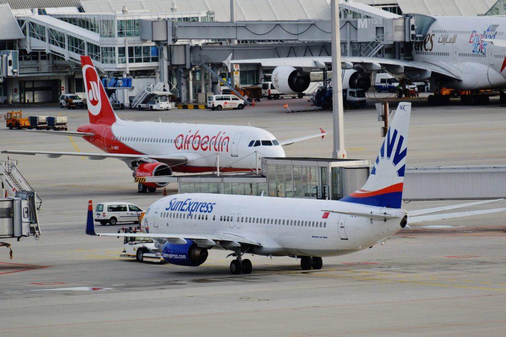 Was darf ins Fluggepäck - Handgepäck-Bestimmungen variieren von Airline zu Airline.