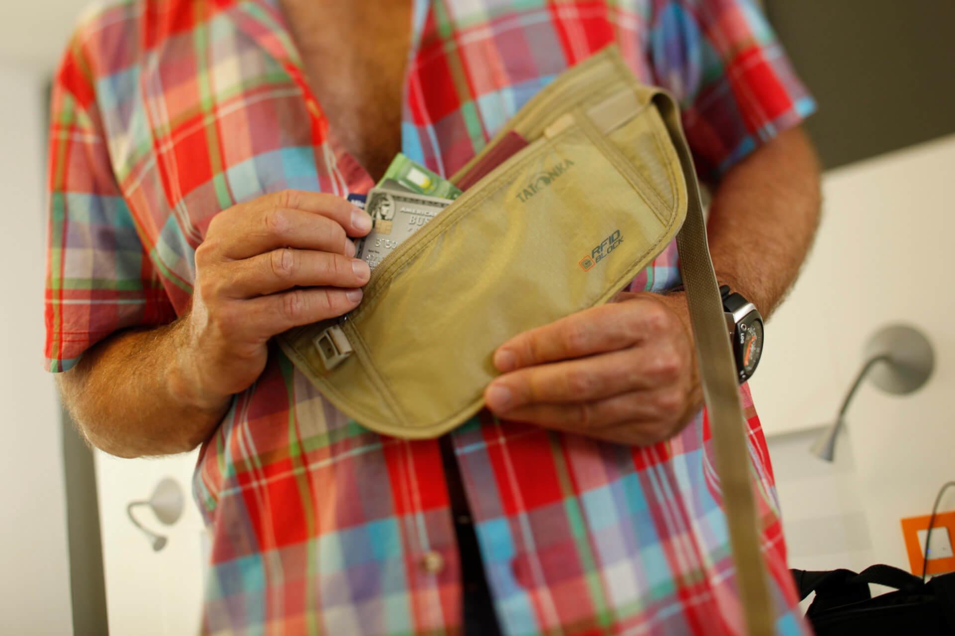 Ein flacher Bauchgürtel dient der Sicherheit auf Reisen.