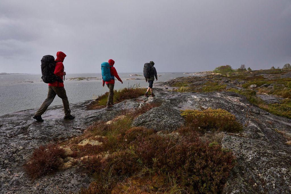 Wer beim Wandern in ein Gewitter kommt, sollte schnell einen sicheren Ort aufsuchen.