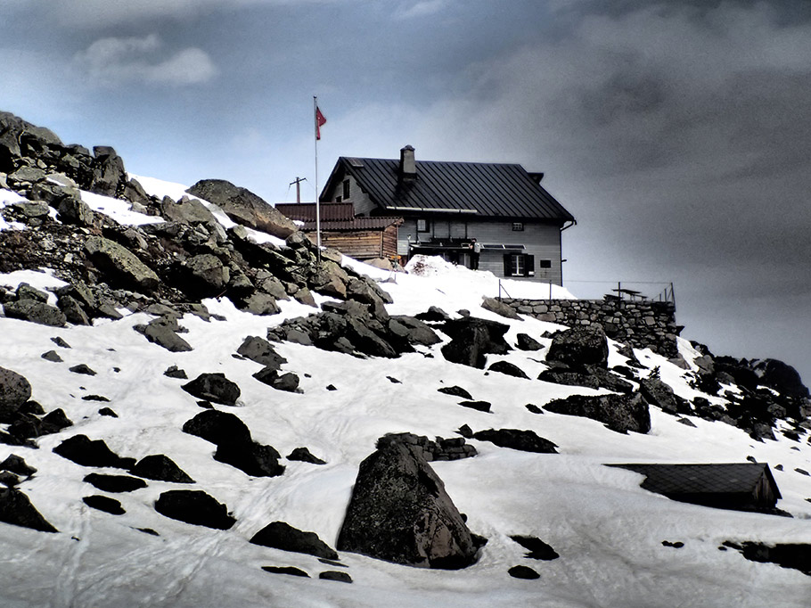 Glacier Hike Switzerland - Hiking tour to the Boval hut.