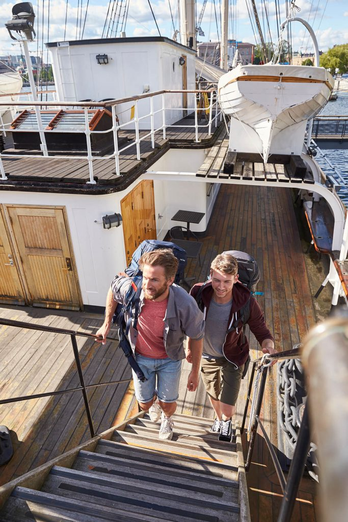 Tipps für deine nächste Fernreise  - zwei Männer auf einem Schiff.