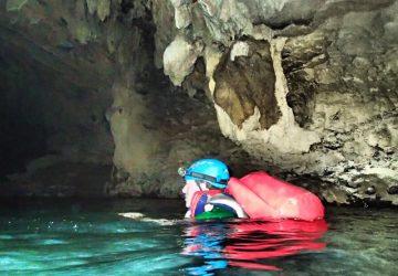 Mann schwimmt in der Phong Nha Höhle in Ke Bang, Vietnam.