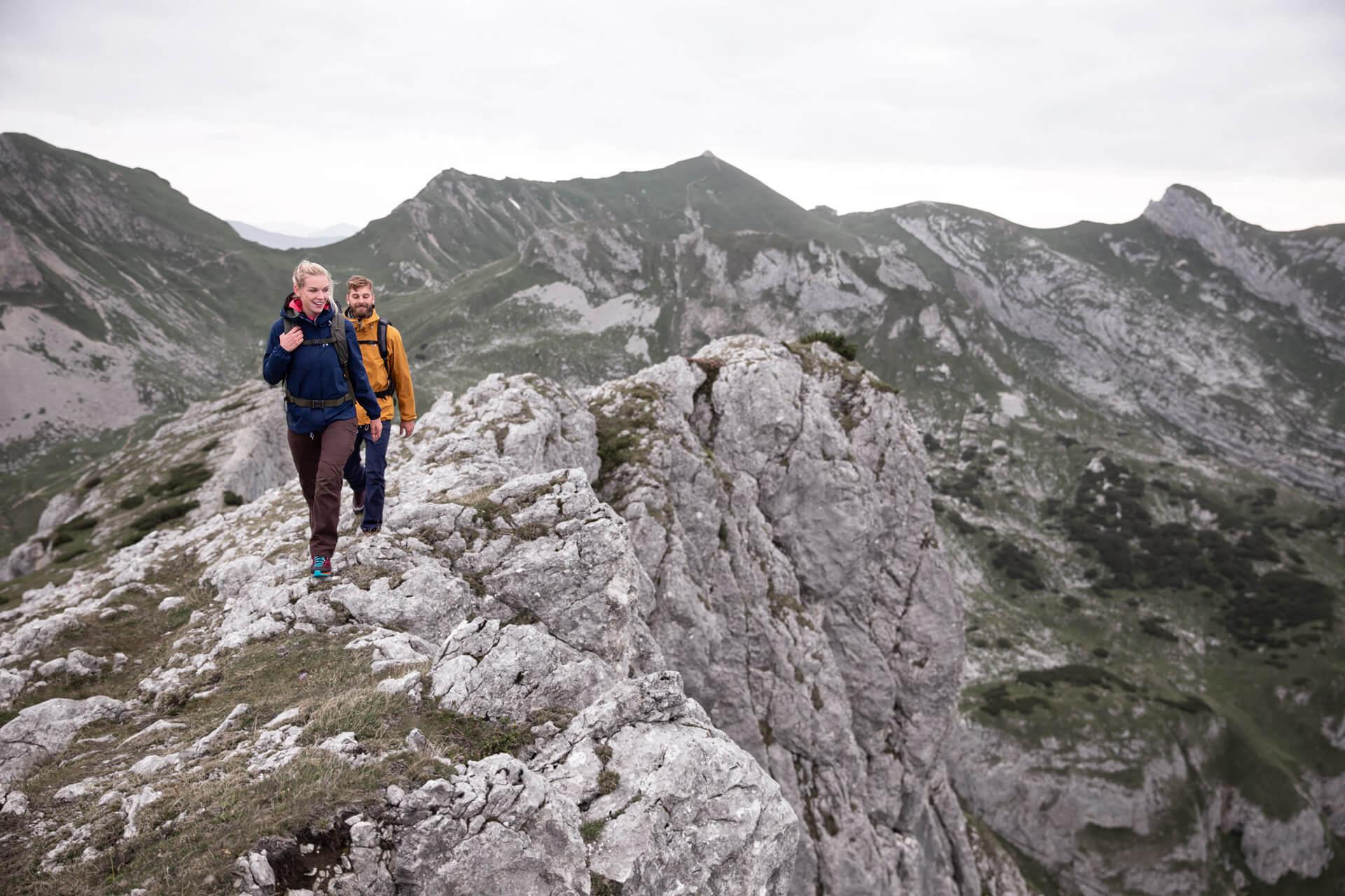 Hüttentouren in den Alpen - zwei Wanderer in den Bergen.
