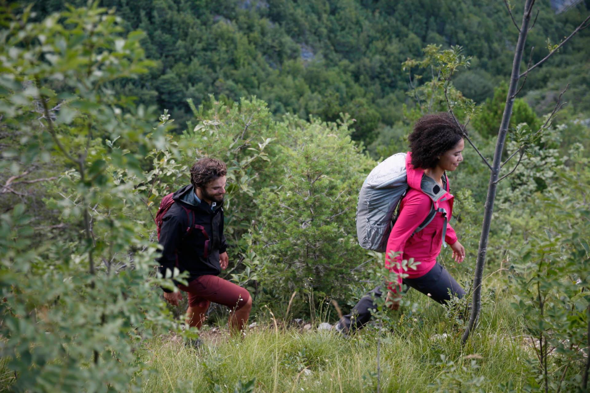 Daypack oder Wanderrucksack - Mann und Frau beim Wandern.