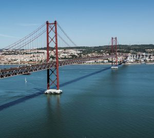 City Trip Lisbon - The Ponte 25 de Abril bridge in Lisbon. Photo: Kai bird, pixabay