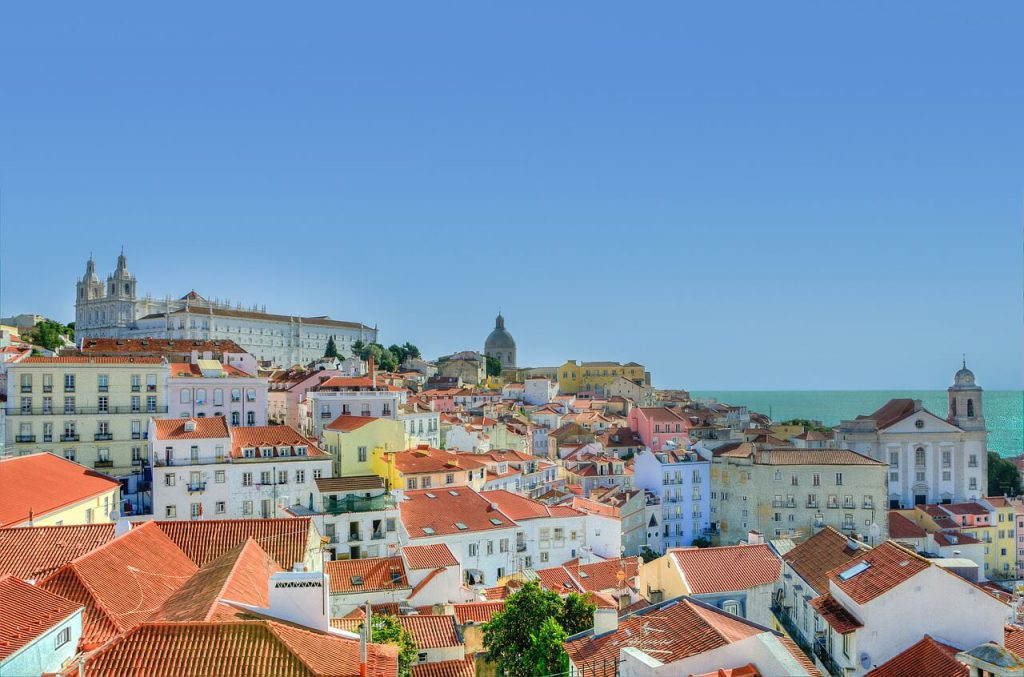 City trip Lisbon - View over the roofs of the houses of the Alfama quarter. Photo: Rudy and Peter Skitterians, pixabay.