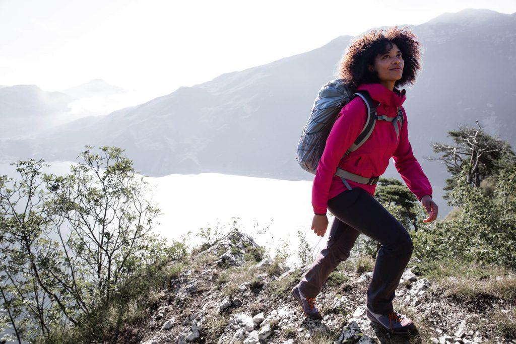 Frau mit funktioneller Outdoorbekleidung beim Wandern.