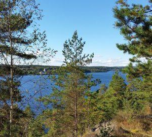 Paddeln in Dalsland in Schweden. Blick auf die Kirche von Varvik. Foto: 2342639, pixabay.