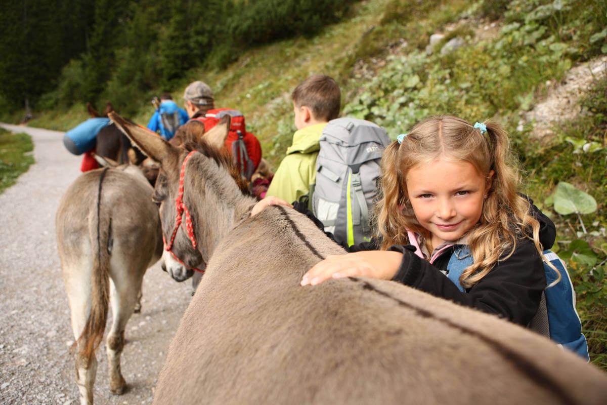 Eselwandern mit Kindern - Kinder beim Wandern mit Eseln