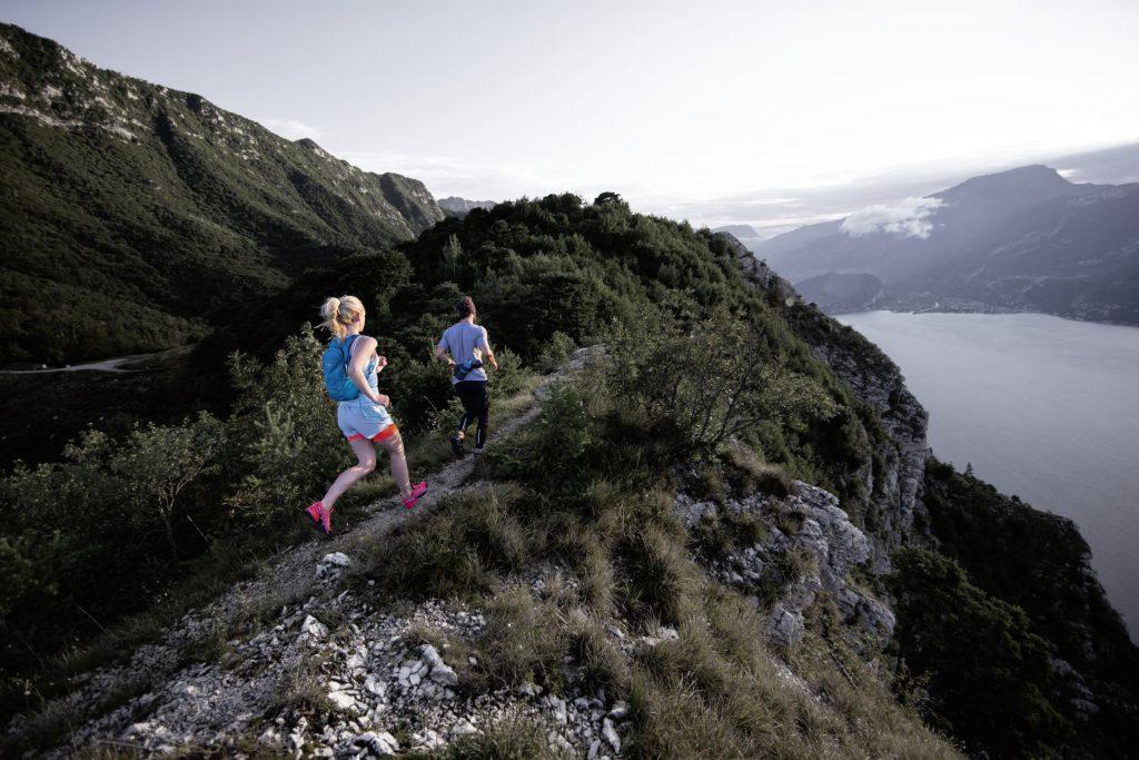 Wanderer-Typologie: Der Trailrunner - Mit einem ultraleichten Trinkrucksack bepackt gehts zügig bergauf.