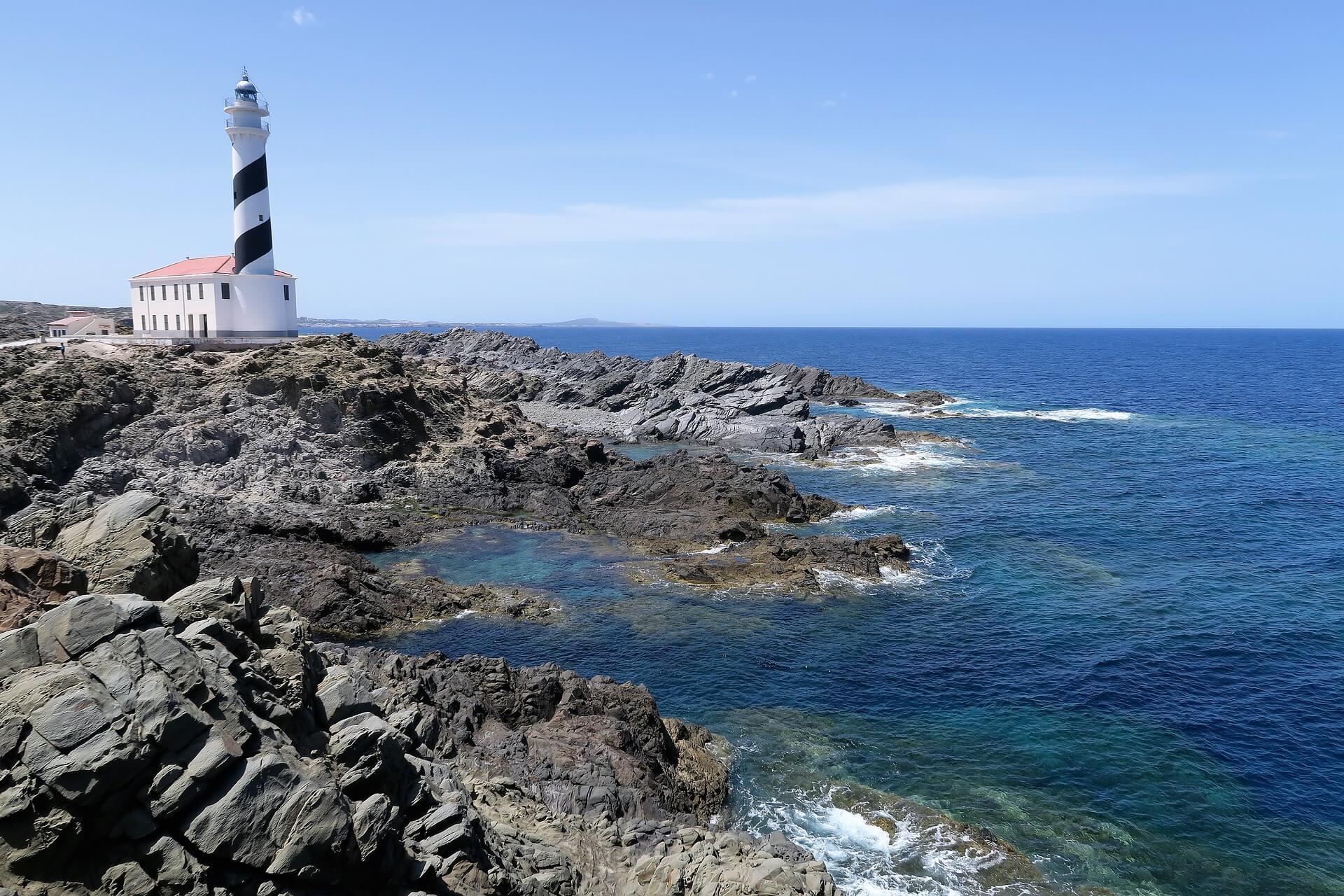 Der Leuchtturm von Favàritx auf der spanischen Insel Menorca.