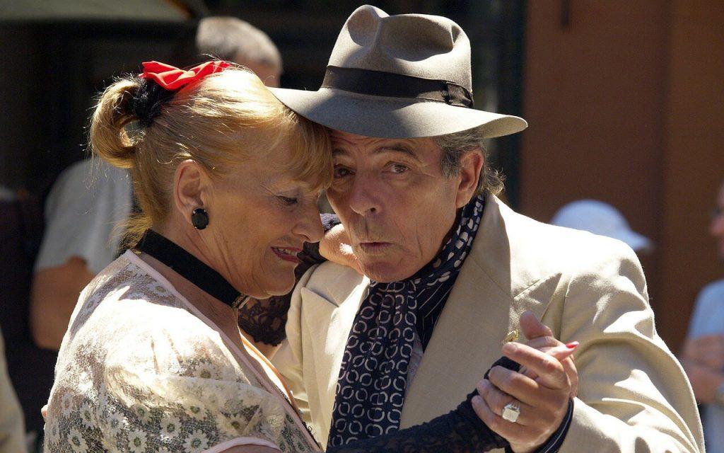Verhaltensregeln für Argentinien - Älteres Paar beim Tangotanzen.