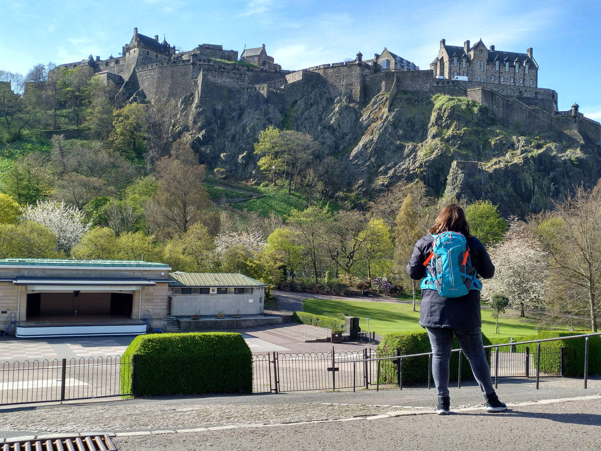 Städtereise Edinburgh - Michaela vor dem Edinburgh Castle in Schottlands Hauptsadt.