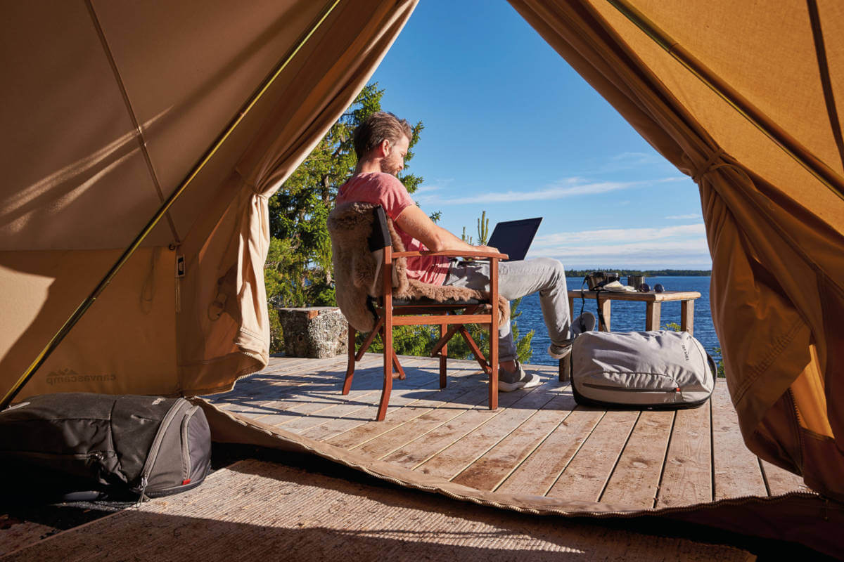 3 hotspots for Digital Nomads - Digital nomad working with laptop at the lake.
