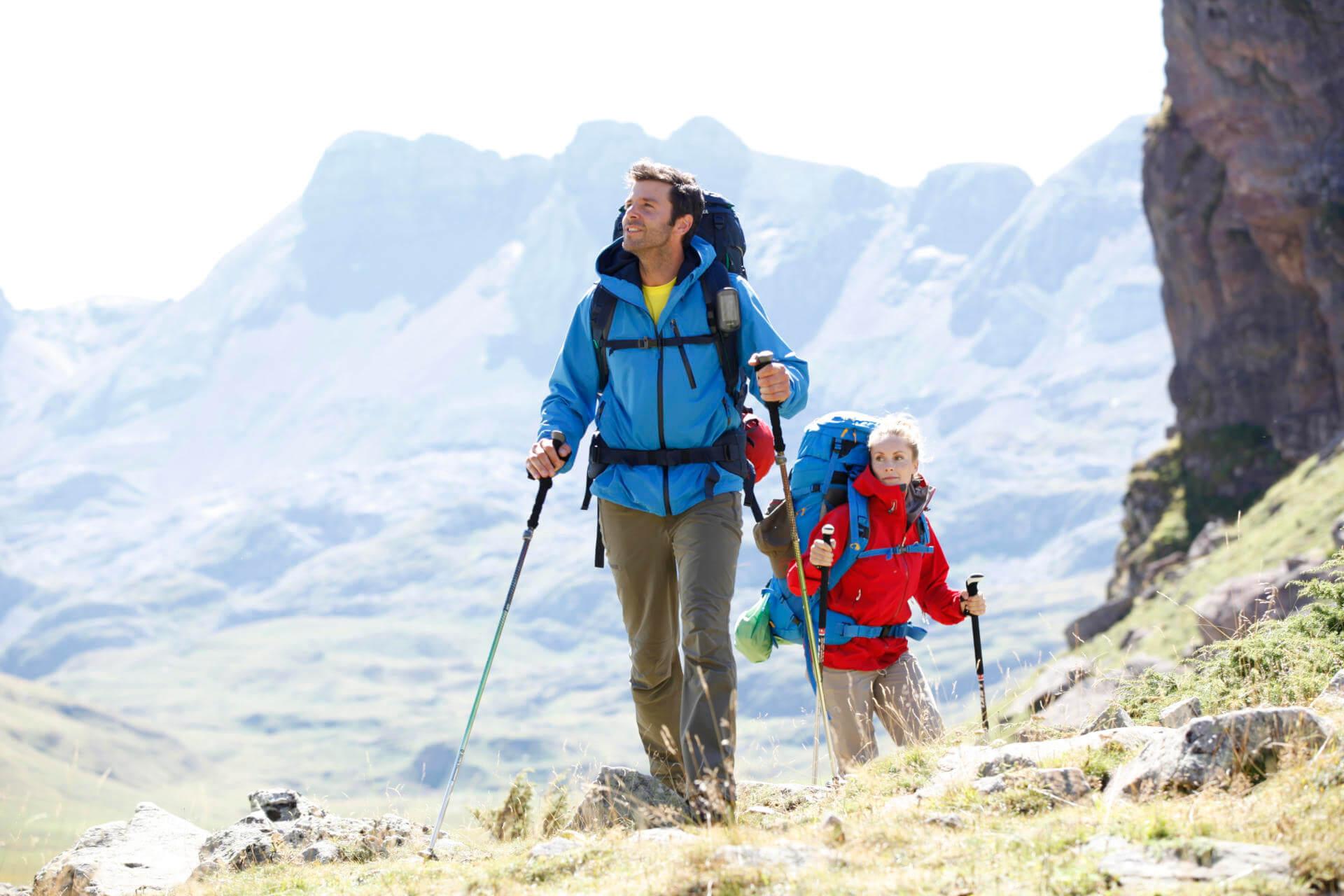 Outdoor-Apps: Zwei Trekker mit GPS-Gerät.