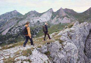 Zwei Wanderer in den Bergen von Südtirol.
