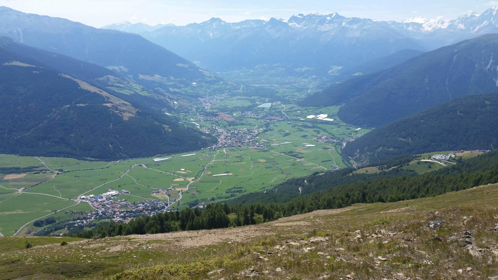 Wandern im Vinschgau in Südtirol - Blick ins Tal