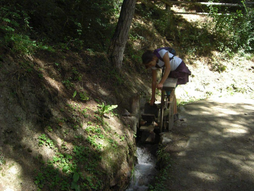 Wandern im Vinschgau - Waalschelle bzw. ein Wasserrad mit einem Hammer.