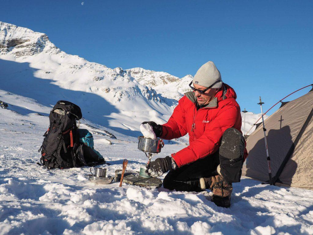 Wintercamping - Tatonka Mitarbeiter Michael Bösiger nutzt Schnee zum Kochen.