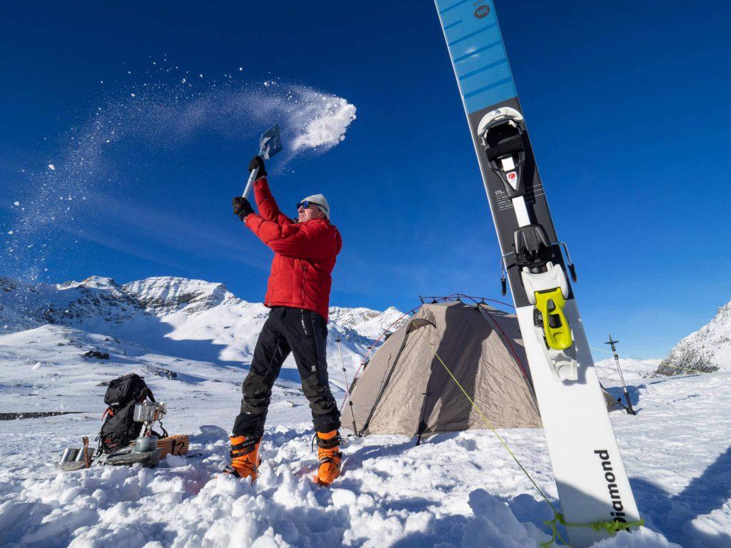 Skier als Hilfsmittel zum Abspannen des Zeltes beim Wintercamping.