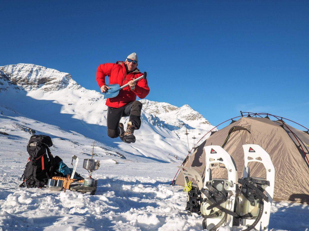 Wintercamping at its best! Michael Bösiger freut sich über den gelungenen Aufbau seines Zeltes.