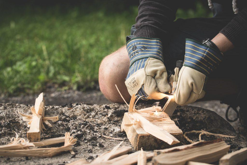 Feuer machen in freier Natur - Feuerstarter mit Feuerstein. Foto: LUM3N, pixabay.
