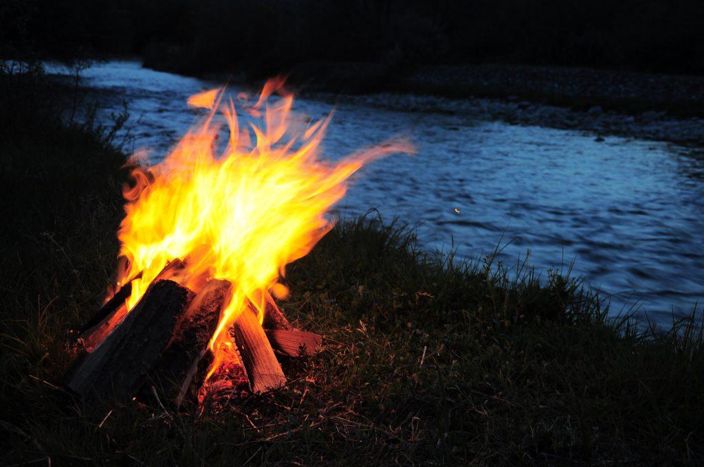 Feuer machen in freier Natur - Lagerfeuer am Fluss.