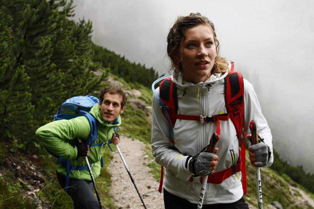 Trendsport Speedhiking - Leichter Rucksack, Softshelljacke und Trekkingstöcke als Ausrüstung.