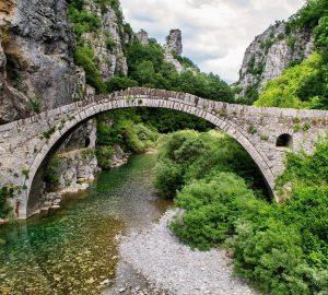 Wandern E4 Peloponnes - Steinbrücke in Griechenland. Foto: DanaTentis, pixabay.