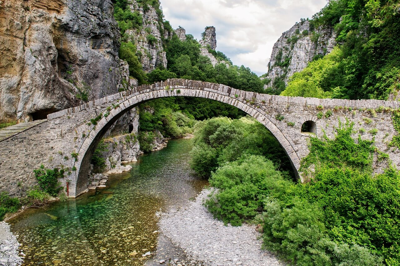 Peloponnese Trekking E4- Stone bridge in Greece. Photo: DanaTentis, pixabay.