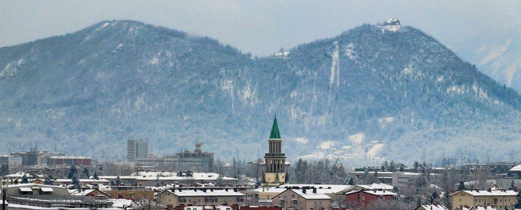 Die Stadt Ljubljana mit dem Berg Smarna Gora im Hintergrund.