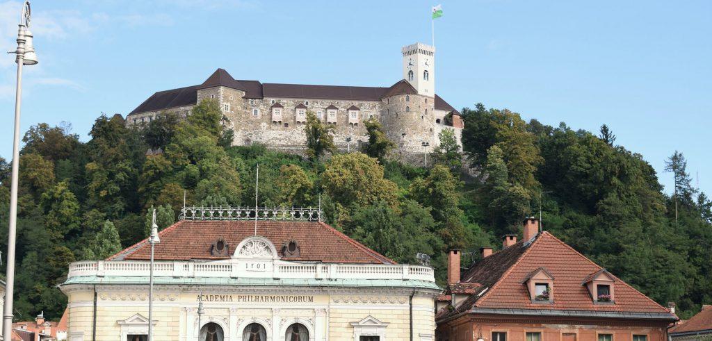 Die Burg von Ljubljana auf dem Hügel über der Stadt.