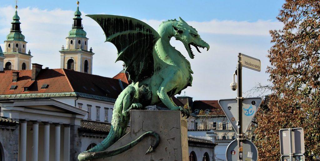 Drachenskulptur auf einer Brücke in Ljubljana.
