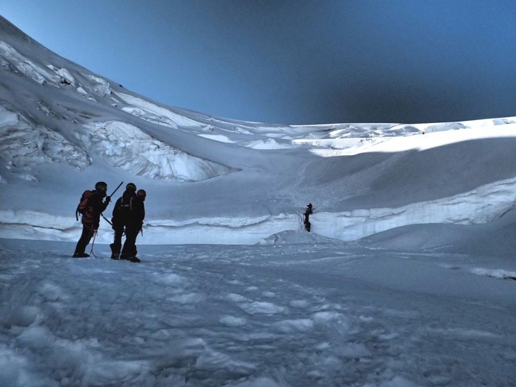 Drei Bergsteiger besprechen die weitere Route.