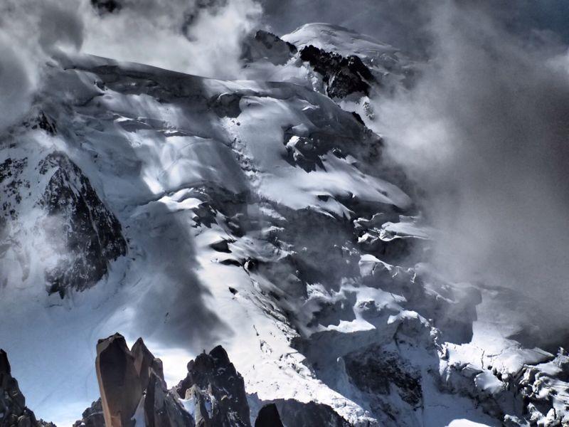 Schneebedeckter Hang während des Aufstiegs zum Mont Blanc.